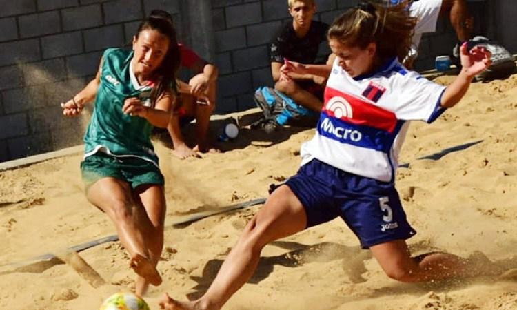 Acción del fútbol playa