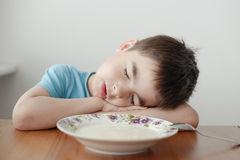 copil_adormit_la_farfurie