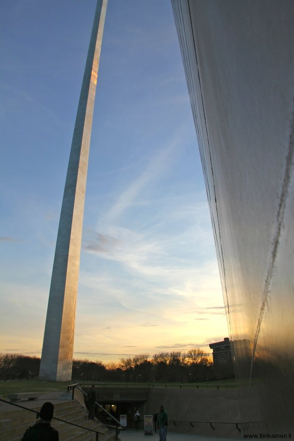 the stunning gateway arch in st louis