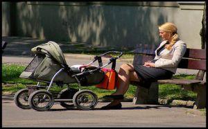 Moeder met kinderwagen