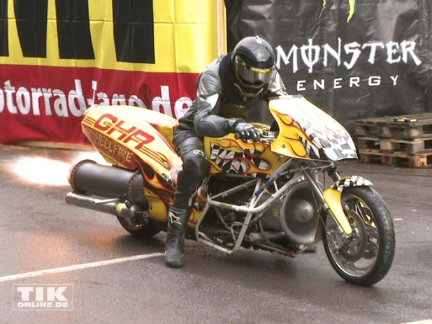 Gerd Habermann lässt das von ihm gebauten schnellsten Motorrad Europas beim Warm up der Berliner Motorrad Tage BMT 2016 ordentlich Feuer spucken