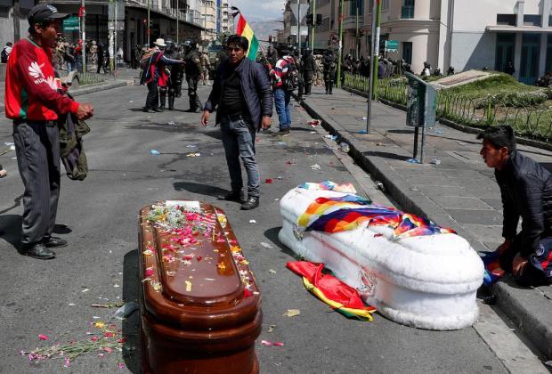 Polisi Bolivia Paksa Demonstran Tinggalkan Peti Jenazah Rekan Mereka di Jalanan