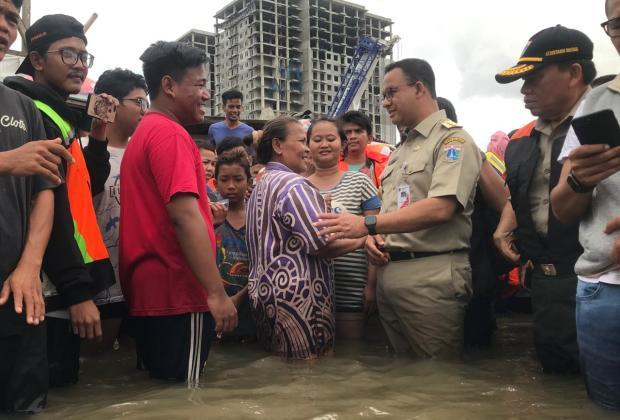 Anies Datangi Lokasi Banjir di Duri Kosambi, Warga: Kami Butuh Makan Pak!