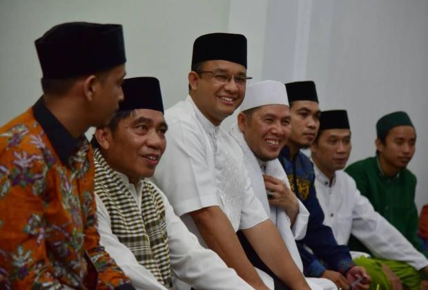 Seruan Anies 'Bawa Sajadah Sendiri ke Masjid' yang Awalnya Dibully Netizen, Akhirnya Justru Ditiru Kepala BNPB