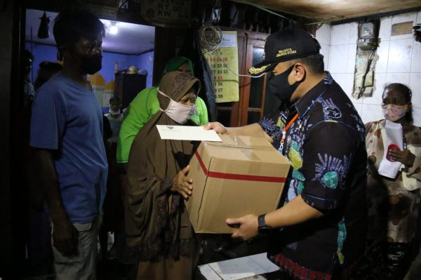 Anies Selipkan Sepucuk Surat untuk Warga Penerima Bantuan Sembako