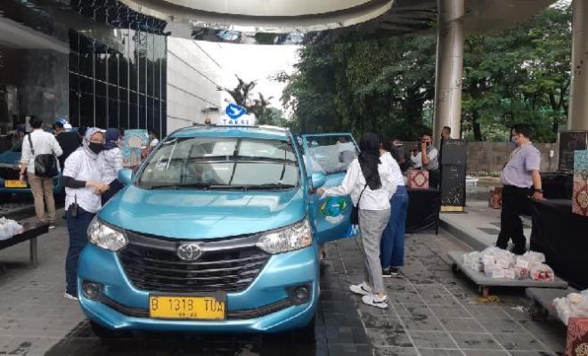 Syukuri Ulang Tahunnya, Gading Marten Bagi-bagi Sembako ke Pengemudi Taksi