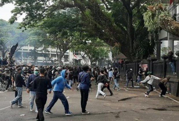 'Hujan Batu' Warnai Demo Tolak Omnibus Law di Kota Malang
