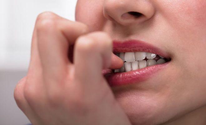Kebiasaan Gigit Kuku Akibatkan 5 Dampak Buruk Ini