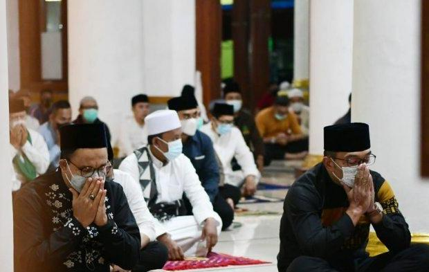 Anies-Ridwan Kamil Salat Subuh Bareng di Sumedang, Pertanda Apa?