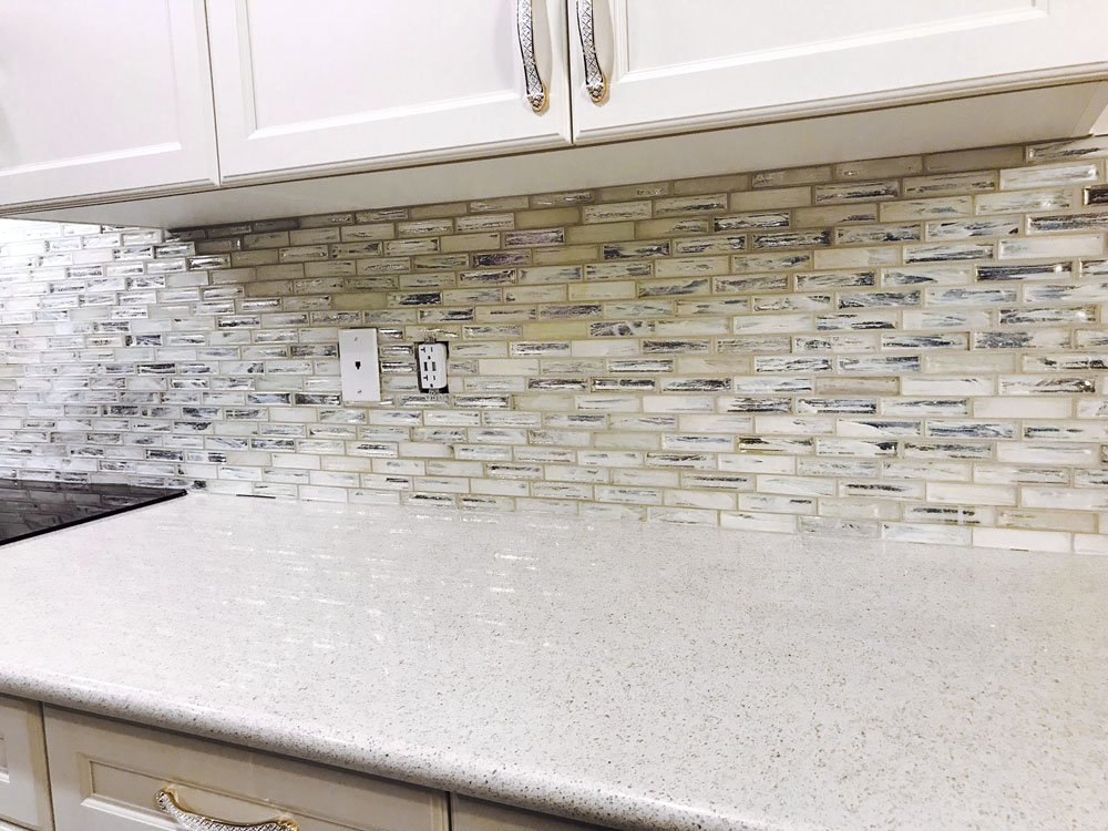 Jeffrey Court Chapter 12 Hour Glass Dawn mosaic installed in a kitchen