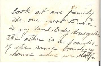 Teksten på baksiden av bildet lyder: Se på vår familie (=Klemet og konen), hun ved siden av meg er vår husvertinnes datter, den andre er en som leier seg inn samme sted som vi bor på (= Kina)