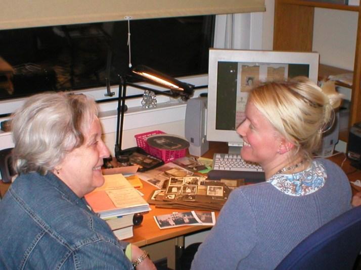 Mor hjelper meg med informasjon til slektsalbum i 2005. På skjermen bak kan du skimte den PP-filen jeg lager.