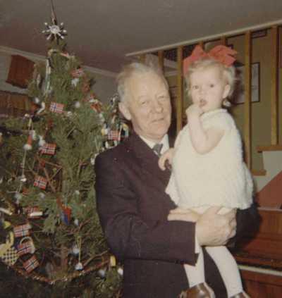 Julen 1967. Min bestefar Nordahl og jeg 1,5 år.