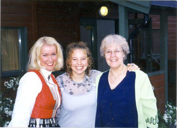 Min mor Anny til høyre, min datter Ville i midten, jeg til venstre .1999