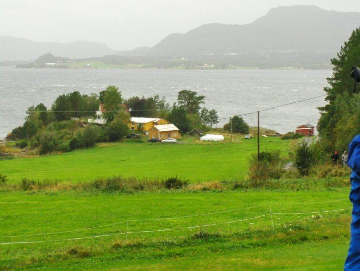 Utsikt fra Aspa-gården, med det lille huset nederst på eiendommen som min oldefar kommer i fra. Det hører med til historien at søster min min farmor giftet seg til hovedhuset (dett er ikke Bogsaspa, men Aspa). (Foto: meg selv)
