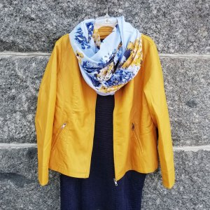Keltainen keinonahkatakki ja värikäs huivi