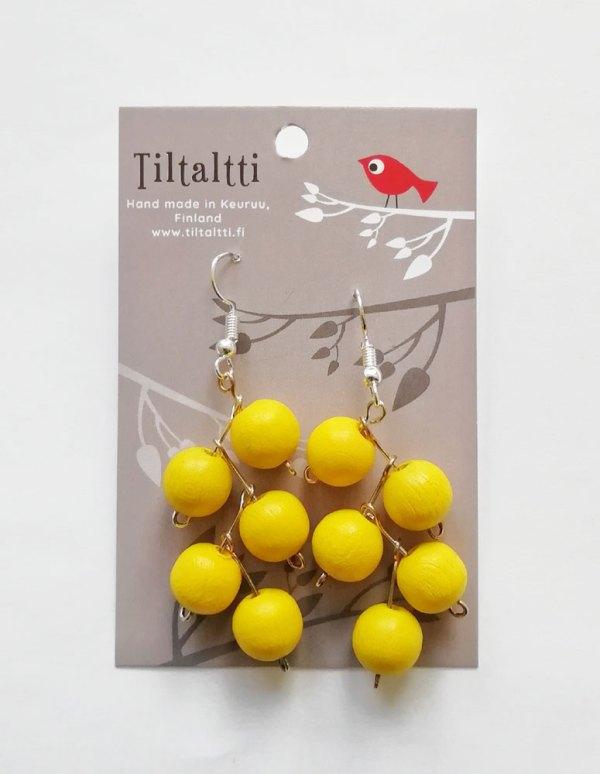 Käsintehdyt roikkuvat korvakorut, joissa keltaisia puuhelmiä