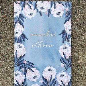 """Kaksiosainen sinisävyinen kukkakortti, jossa teksti """"Onneksi olkoon"""""""