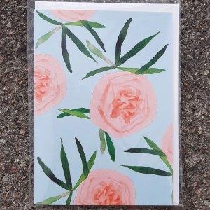 Kaksiosainen onnittelukortti, jossa kannessa herkkiä pionin kukkia piirrettynä, suunnittelija Henna Adel