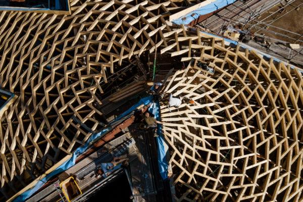 Construction d'une toiture en bois réciproque au Frans Masereel Centruum