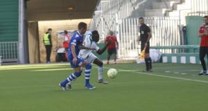 Djetei intenta despejar frente a un jugador visitante, Fuente: @cordobacfsad