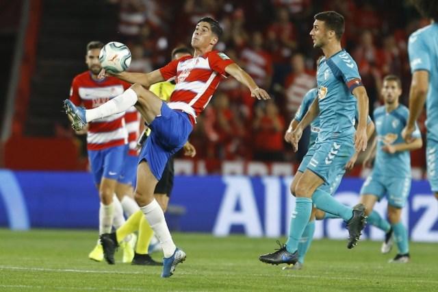 Carlos Fernández disputando el balón