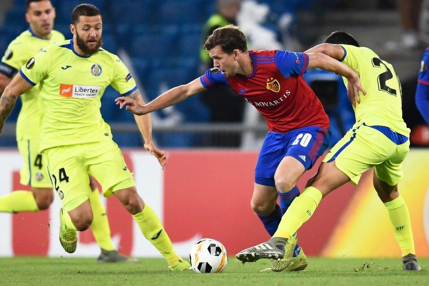 Disputa entre jugadores del Basilea y Getafe