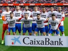 Jugadores del Granada CF posando con la camiseta de apoyo a Quini