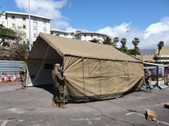 Efectivos de la UME montando un hospital de campaña.