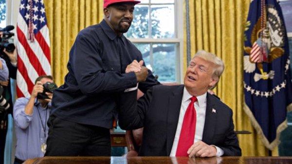 Kanye West saludando a Donald Trump