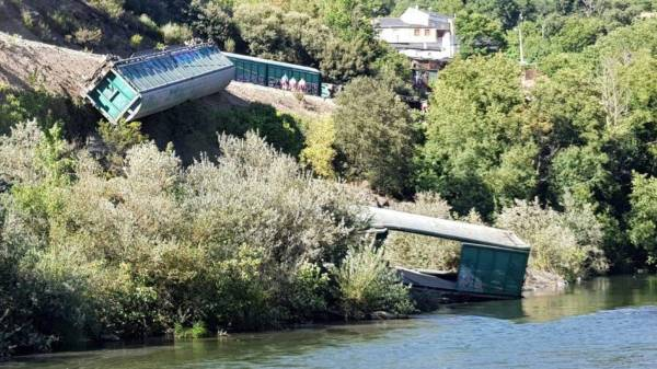 El momento de la caída al río Sil de los dos vagones. Foto: Galicia en Común
