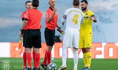Sergio Ramos y Mario Gaspar se saludan al inicio del encuentro de la campaña pasada.
