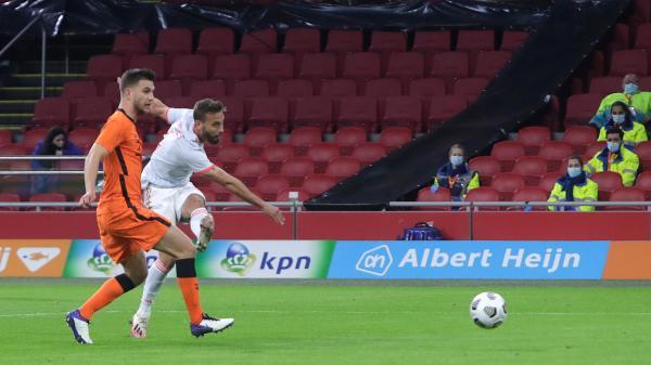 Canales chutando el balón para marcar el gol de España