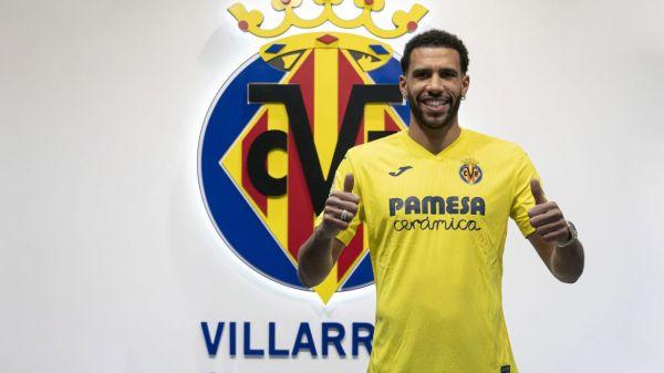 Capoue, posando con la camiseta del Villarreal / Fuente: www.villarrealcf.es