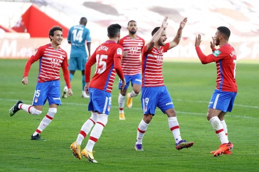 Soldado celebrando el gol del Granada CF con Suárez