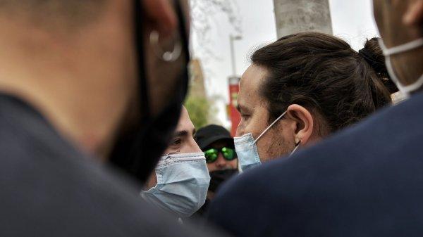 Pablo Iglesias cara a cara con uno de los neonazis - Imagen de Daniel Gago