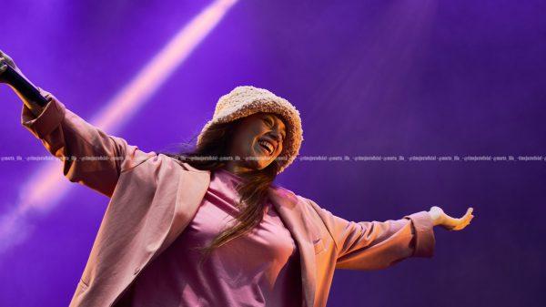 Eva Barreiro con una chaqueta y un gorro en el escenario del Estadio Olímpico Lluís Companys/ Fuente: Marta Illa