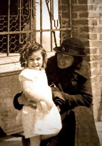 Justa Freire junto a una niña