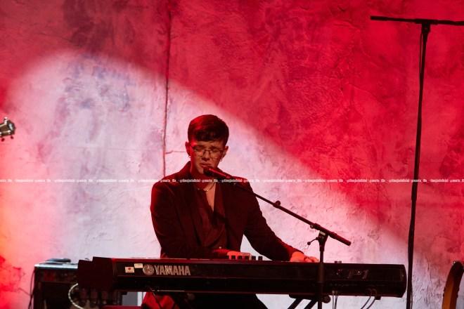 Flavio Fernández delante de un fondo rojo durante su concierto en el Teatro Apolo de Barcelona/ Fuente: Marta Illa
