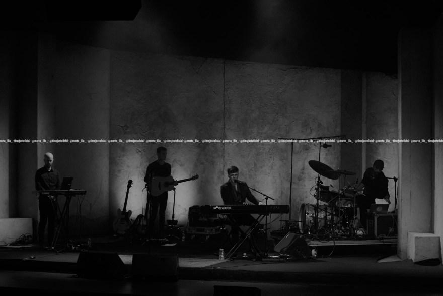 Fotografía en blanco y negro de Flavio Fernández con su banda en el Teatro Apolo de Barcelona/ Fuente: Marta Illa