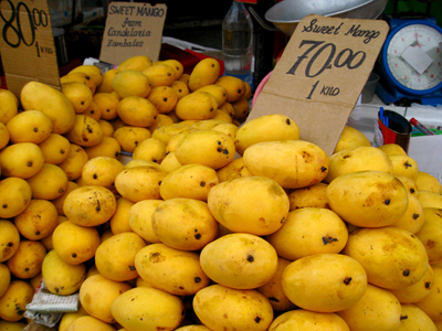 Image of ripe mangoes for sale at a fruit stand