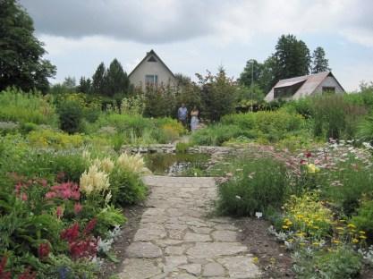 See imetabane aed oleks äärepealt märkamata jäänud, sinna sai ühest tagasihoidlikust väravast. Kõndisime mõisataguse pargis ja ei aimanudki, et lilleaed oli veel eraldi...