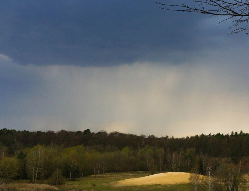 Dunkle Wolken über der Sandgrube Jagen 86 im Grunewald