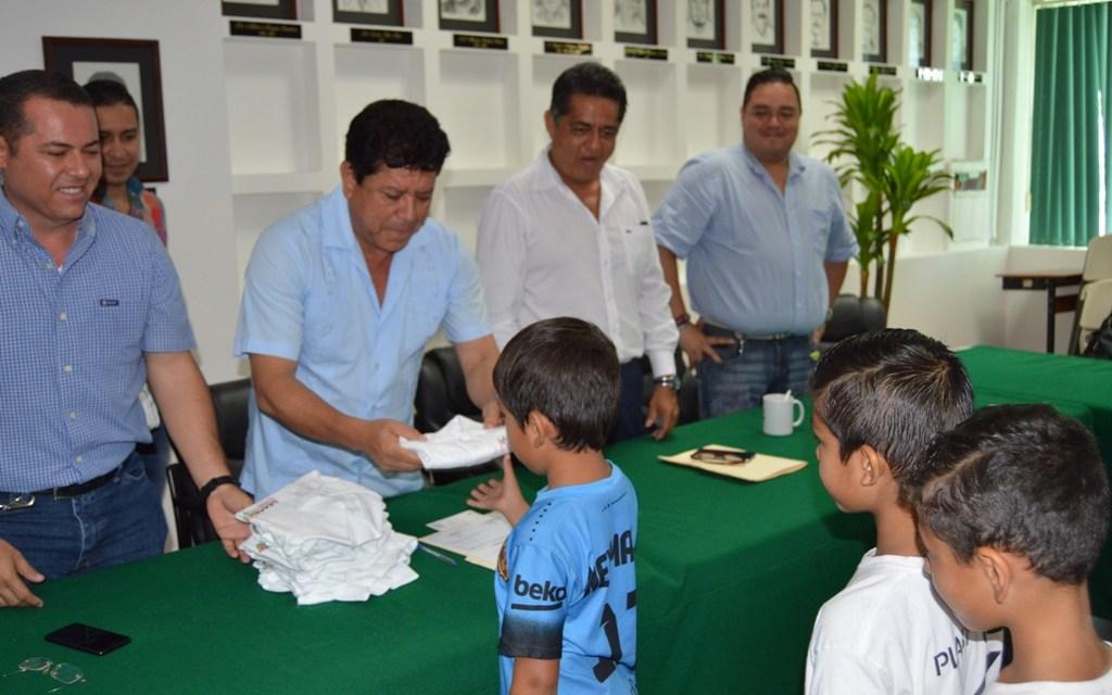 Cumple alcalde con apoyo a niños de la Sub 6