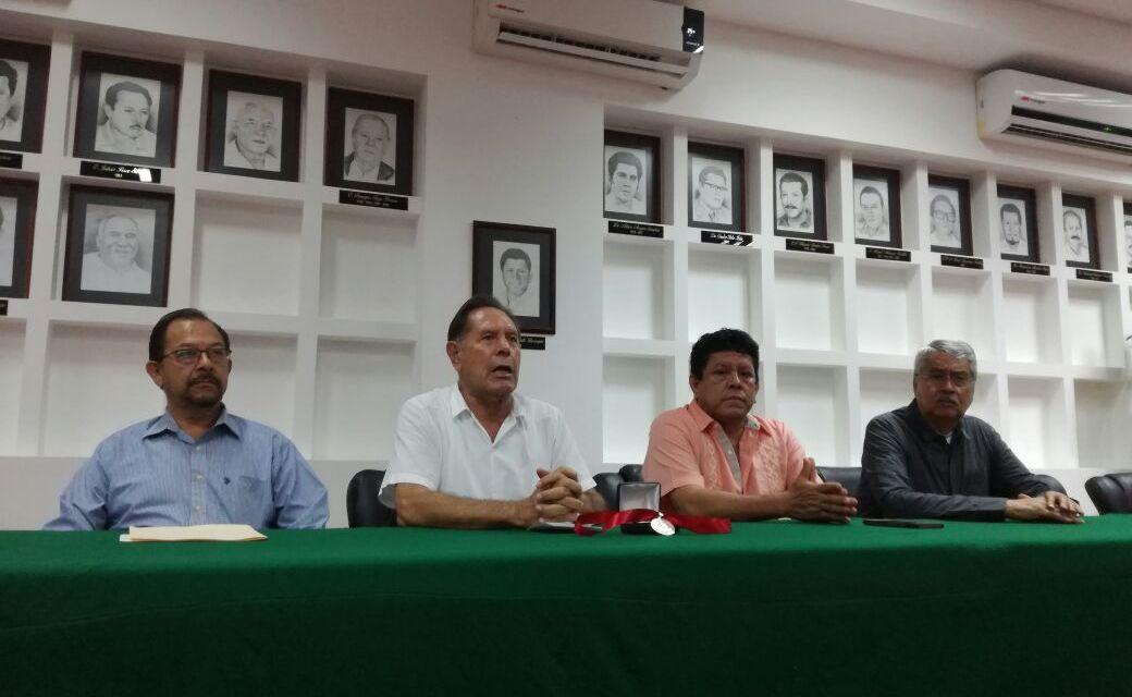 """Presea """"Daniel Vargas Rivera"""" para Doña María Inés Adame Luna, primera mujer regidora municipal"""