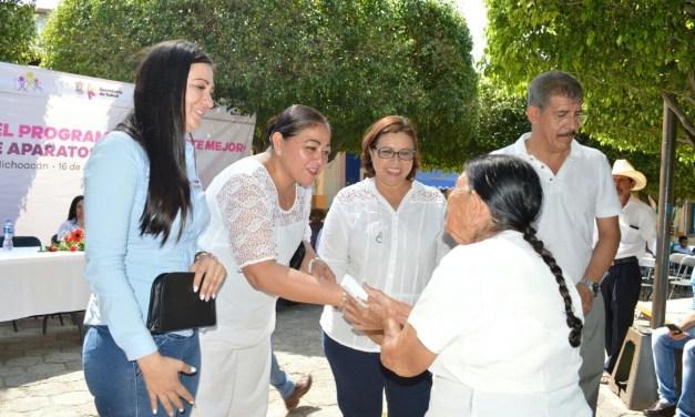 Realizan entrega de auxiliares auditivos a la población de la región Sierra Costa