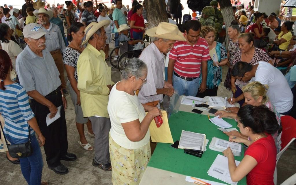 Cumplen a personas mayores de La Mira con programa 65 y Más