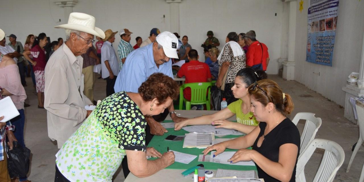 Adultos de El Habillal reciben  programa 65 y Más