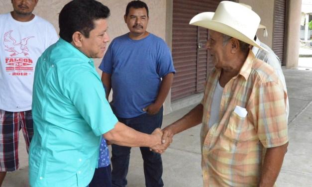 Entrega alcalde a campesinos fertilizante a bajo costo