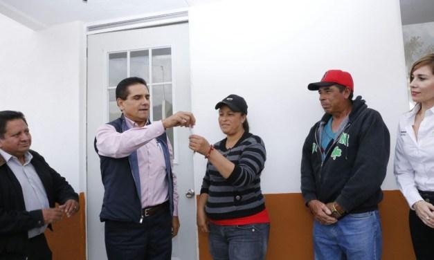 Entrega Silvano Aureoles viviendas a damnificados del 2010 en Angangueo